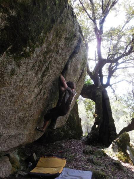 """Escalade en bloc - """"la fissure"""", à Petreto, val di Santo, Corse. 7b"""