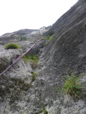 Milieu du grand dièdre: ça y est, la végétation a laissé place au rocher!