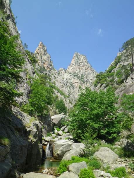 L'escalade en terrain d'aventure permet de sortir des sentiers battus. Sans pour autant être extrême, cette activité offre alors bien souvent les plus beaux moments de la vie d'un grimpeur...