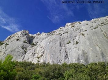 Paroi des deux Aiguilles. A droite le grand mur, secteur mythique aux voies dures et engagées, à gauche l'arête des masques de pierre