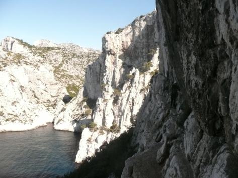 Les vires étroites de la Ramon, en arrière plan la falaise de l'Oule