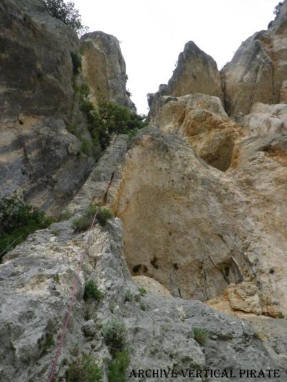 La ligne de Bottes Surbottes vue du bas. La première longueur suit la fissure évidente, puis la voie continue dans le dièdre/couloir au dessus