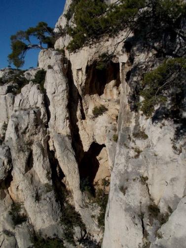 La seconde longueur traverse la baume inférieure par un boyau puis rejoint la cheminée de gauche