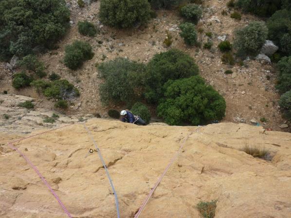 La première longueur, du beau rocher coloré, solide et adhérant