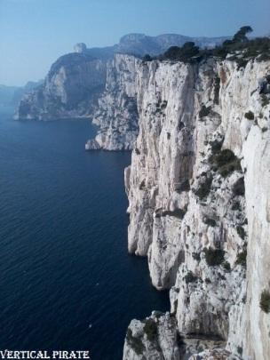 Au premier plan, les falaises de l'Eissadon, puis le cirque du Devenson, au loin la grande Candelle puis le cap Morgiou