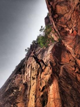 Un local s'essaie à la grimpe!