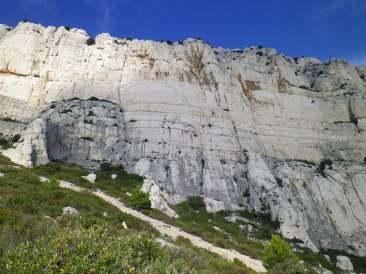 La Centrale est à l'aplomb du dévers marron le plus imposant, et le contourne au dernier moment par la gauche.