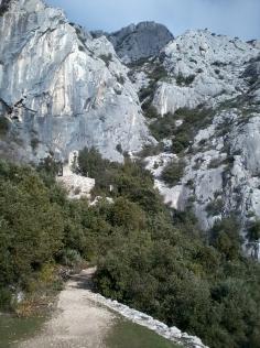 La chapelle Saint Ser, dominée au loin par le Baou des Aigles