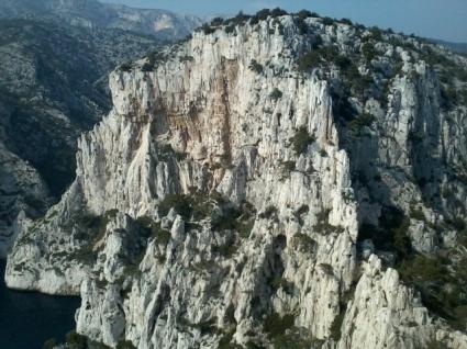 La falaise de l'Oule - On devine bien sous les toits la dalle suspendue, rappelant un linceul