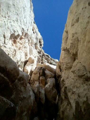 La cheminée en 5c vue du bas. On devine la suite de l'itinéraire.