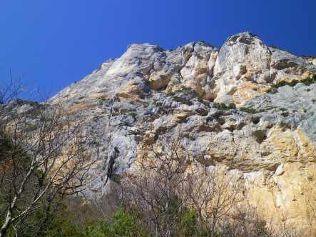 Paroi de l'Escalès - La Demande suit la fissure continue légèrement sur la gauche, longeant l'impressionnant pilier lisse, compact et blanc.