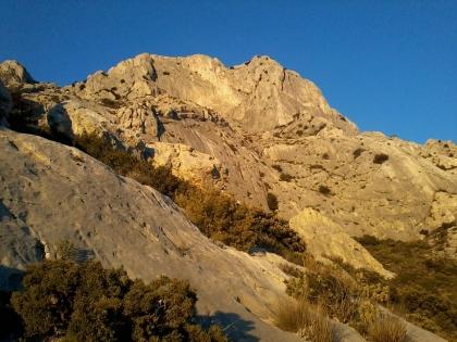 Du sommet du mur, le sommet de Sainte Victoire est encore loin... Le grand parcours est une voie partant des deux aiguilles, et qui se poursuit jusqu'au... Sommet!