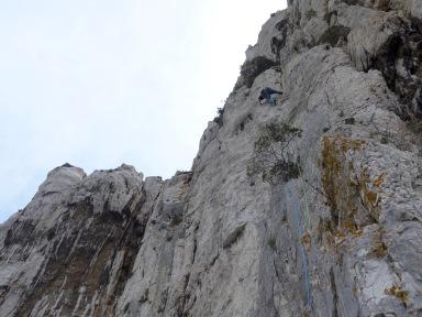 Quatrième longueur, un beau mur parfois engagé, sur un rocher magnifique