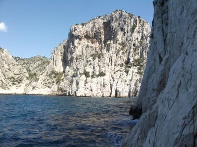 Départ au ras de l'eau, en fond la falaise de l'Oule