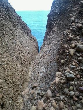 Dans la gorge de sortie, le rocher local.