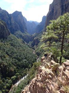 Dans la dernière longueur - vue sur le canyon et au fond notre point de départ