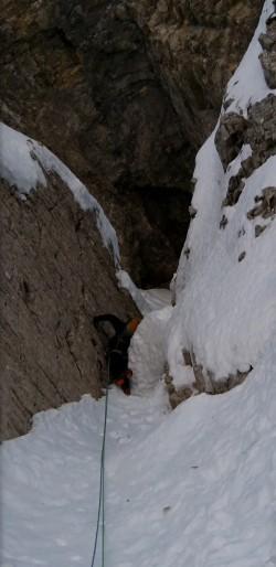 Crux de la première longueur, un bouchon de neige